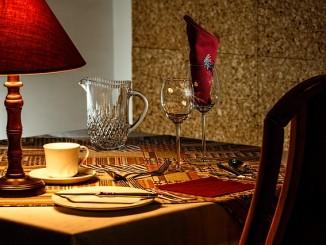 masivní jídelní stůl